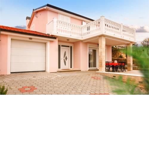 Awesome home in Smrika w/ Jacuzzi and 3 Bedrooms
