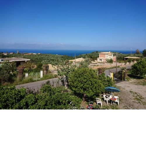 Country Side House (View, Parking, wifi, Fenced Yard, Close to the Sea)
