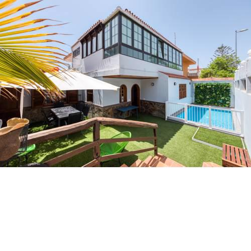 Great house with swimming pool close to the beach