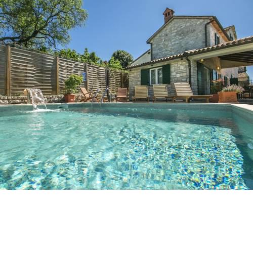 Heritage Holiday Home in Visnjan with Outdoor Pool