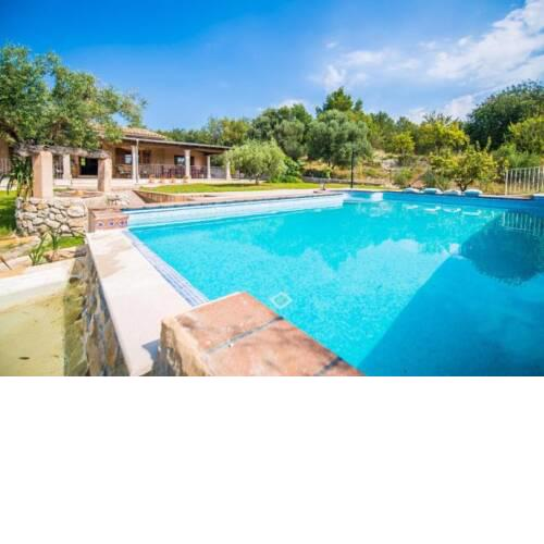 Lloseta Holiday Home Sleeps 8 with Pool Air Con and WiFi