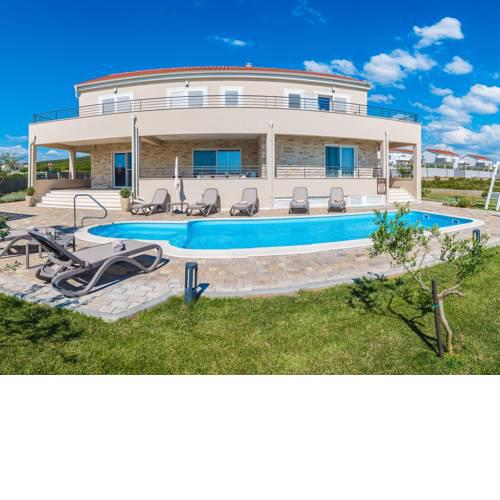 Luxurious Villa in Debeljak with Swimming Pool