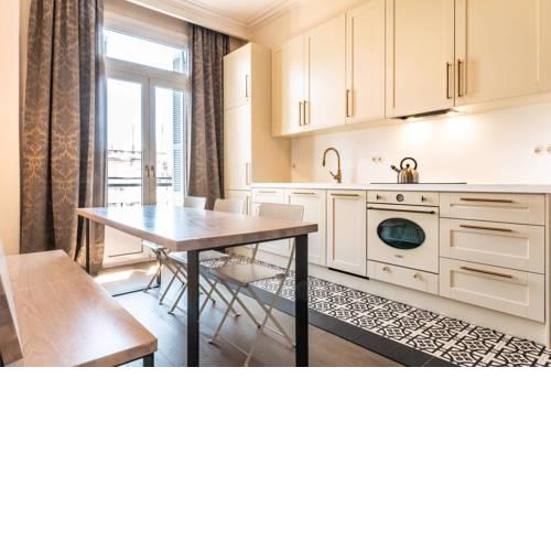 QR #Zoe - Elegant Bright Historic Centre Apartment