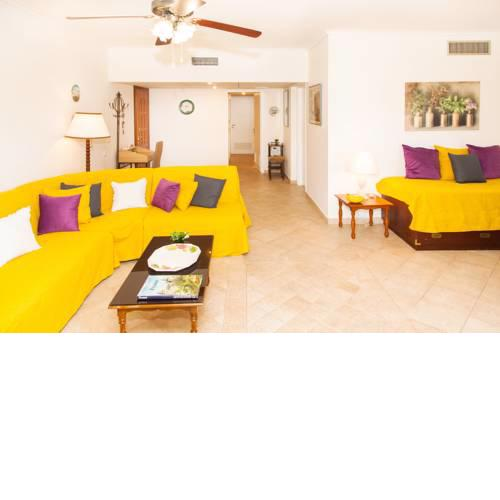 Spacious & Luminous 2nd Floor Apt. 5mins To The Beach
