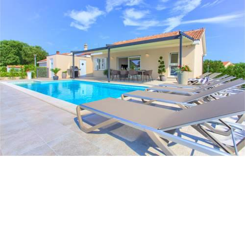 Stunning home in Vrh w/ Outdoor swimming pool and 3 Bedrooms