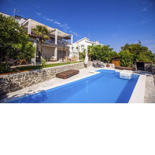 Vantacici Villa Sleeps 5 Pool Air Con WiFi
