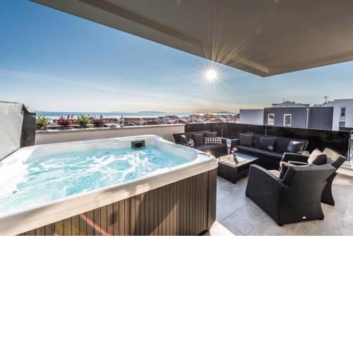 Villa Magnifica Penthouse with Jacuzzi